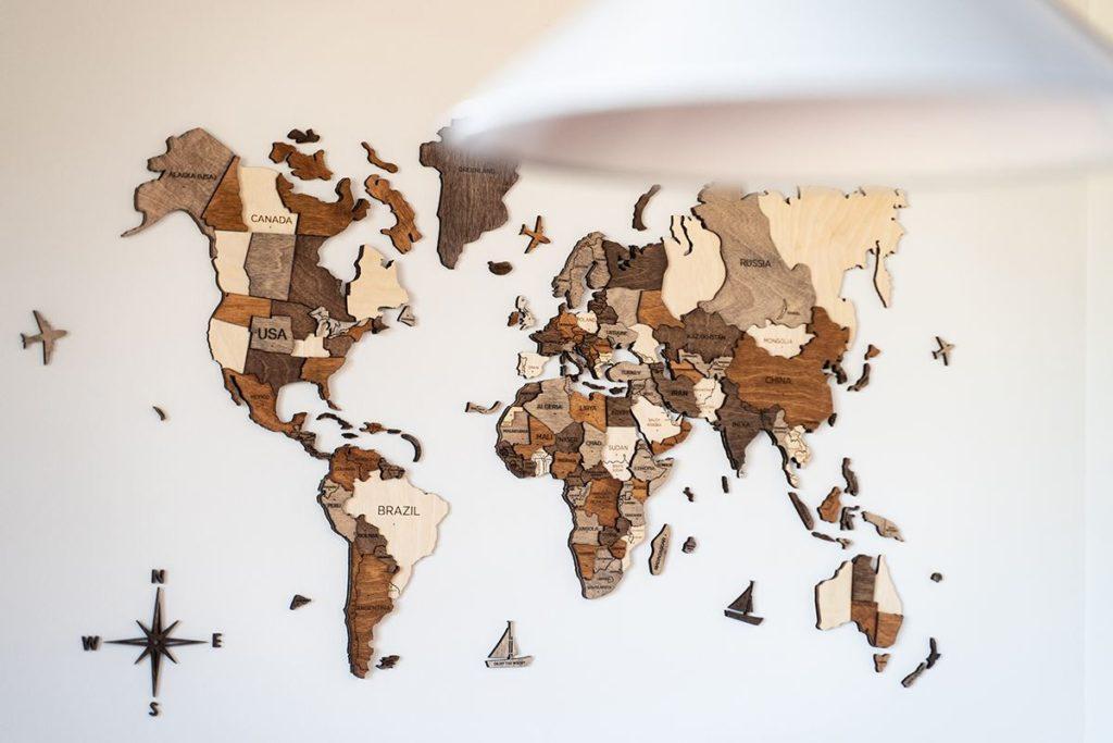 壁掛け木製世界地図「3D Wood World Map」も、旅好きのご夫婦らしいインテリア