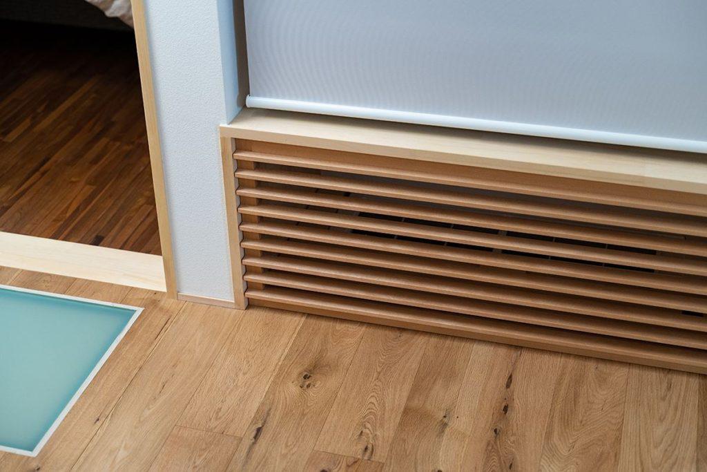ルーバーの中には、2階の床下に暖気を送るためのエアコンが隠されている。